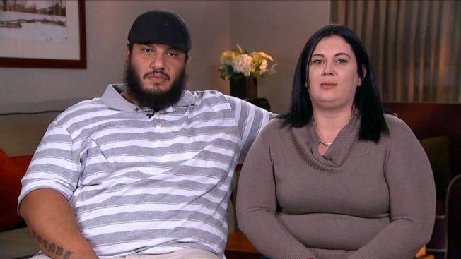 住在麻州的夫妻柯瑞(左)和阿曼達‧狄斯里(右),15日晚間帶著五個孩子出外用餐之後,返家途中發現疑似綁匪車輛,一邊報警一邊展開飛車追逐,成功協助警方救出遭綁女童。(ABC電視台截圖)