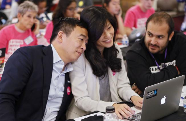 楊安澤在緊湊的競選行程中,湊上前與妻子盧艾玲一同看電腦。(美聯社)