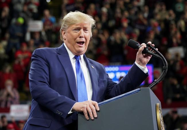 川普調侃前紐約市長彭博,說彭博不參加民主黨內辯論,是因為他辯不贏任何參選人。(路透)