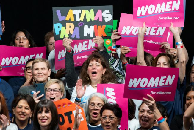 調查顯示,民主黨參選人中,彭博擊敗川普的機會最大,圖為女性支持者在曼哈頓為彭博造勢。(路透)