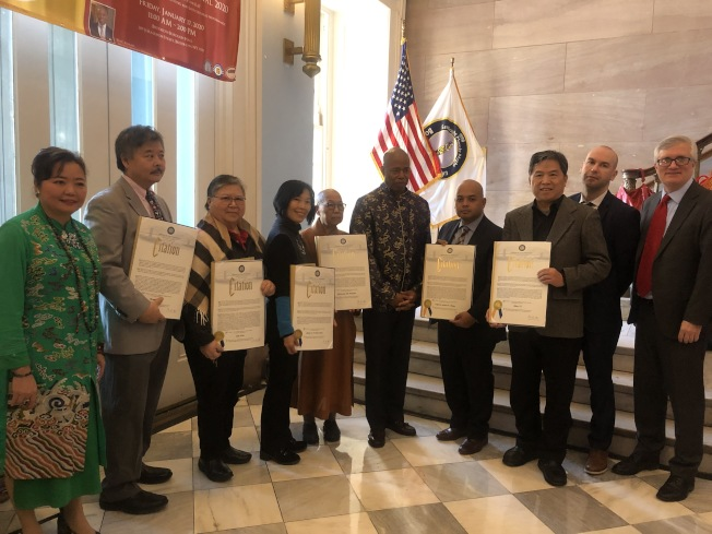 亞當斯表彰六名不同領域的華人代表,感謝其對社區服務的貢獻。(記者張晨/攝影)