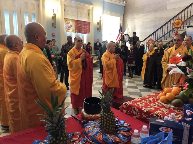 明予法師(左)等率領僧人們進行祈願。(記者張晨/攝影)
