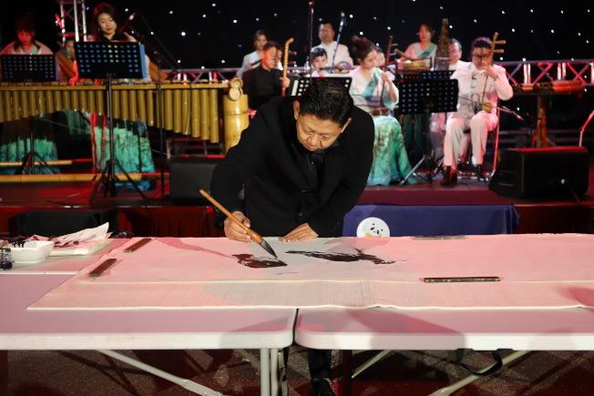 北京竹樂團帶來多首特色中華民族音樂表演,畫家曹俊則現場揮春。(主辦方提供)