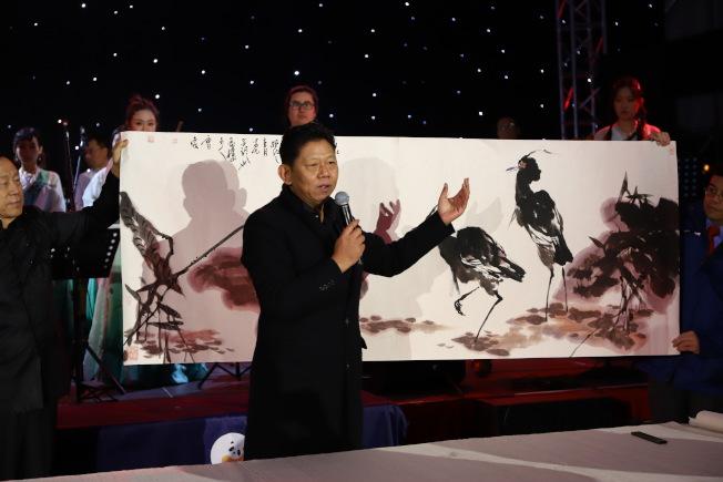 曹俊繪製兩隻鷺鷥,寓意鷺鷥能在新年暢通中美交流道路。(主辦方提供)