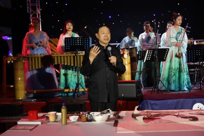 王巍宣導竹樂團期望「以竹代木」製作樂器,進一步保護自然環境的理念。(主辦方提供)