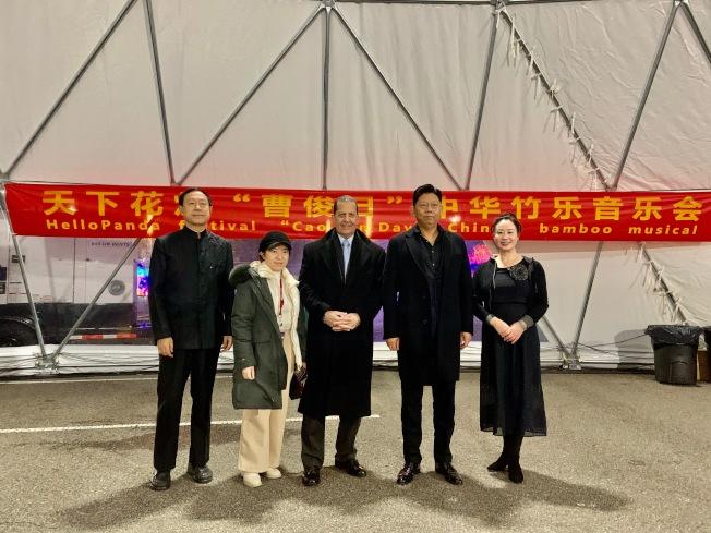 「Hello Panda Festival」進入展期倒數,畫家曹俊(右二),以及王巍(左一)率領的北京竹樂團帶來藝文表演,左二是紐約城市公益聯合會會長文敏。(記者賴蕙榆/攝影)