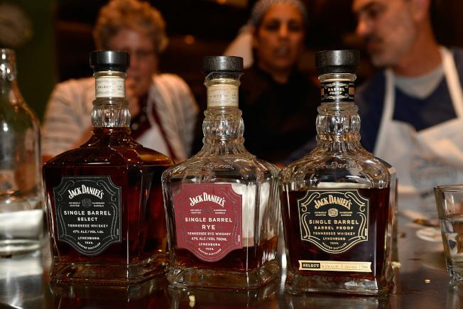 中壯年經常熬夜及酗酒,容易成為冬季腦中風發病族群。(Getty Images)