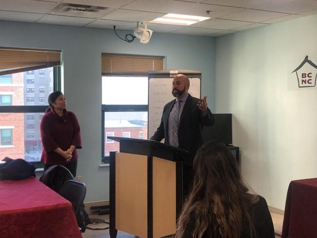 波士頓健康與人類服務負責人馬丁內斯代表波士頓市長偉殊為AHI頒發表彰狀並致辭。(記者劉晨懿之/攝影)