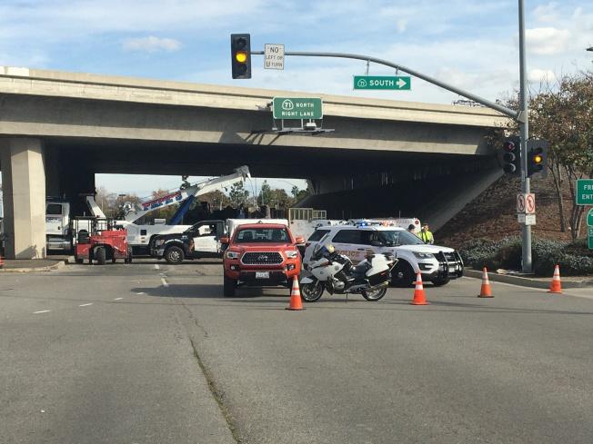 奇諾岡市發生運雞卡車翻覆事故,導致交通限制數個小時。(記者啟鉻/攝影)