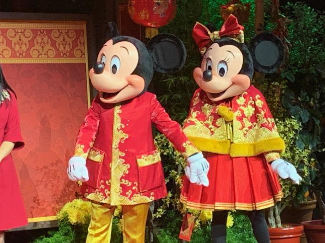 米奇和米妮穿上了新年服裝。(記者張宏/攝影)