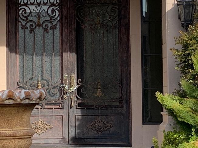 17日這棟房屋大門緊閉,門口上著鏈條鎖。(本報記者/攝影)