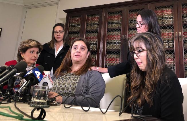 四名西裔女教師宣布控告達美航空公司,左為律師歐瑞德。(美聯社)
