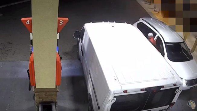 歹徒休旅車(右)早就守株待兔,就等廂型車(左)就位。(監視器畫面)