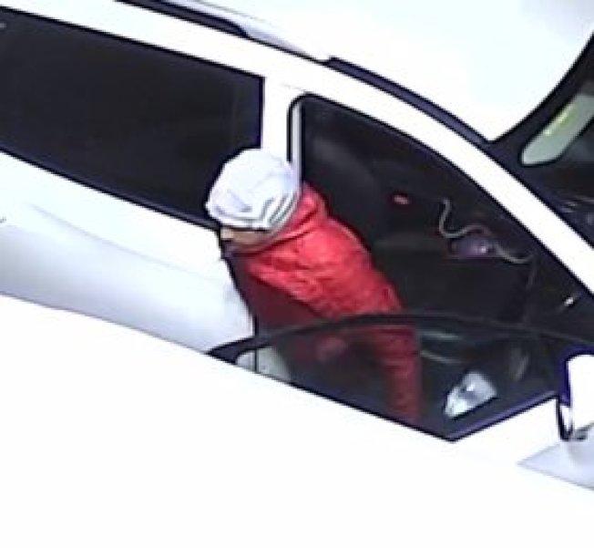 歹徒從休旅車出來作案。(監視器畫面)