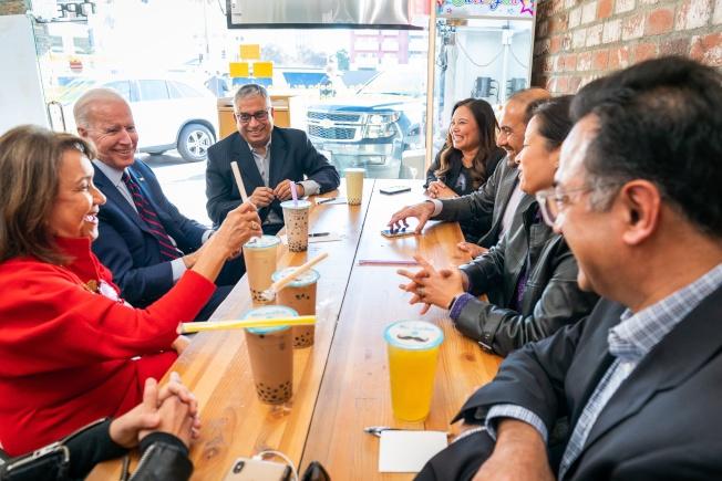 亞裔超級政治行動委員會成員與前副總統統白登(左二)一起喝珍珠奶茶。(AAPI Victory Fund)
