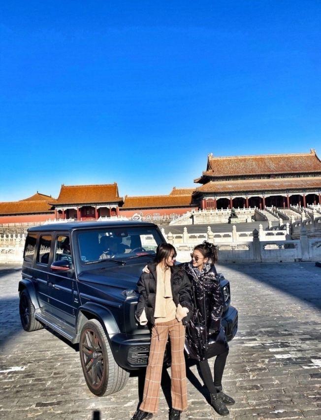 露小寶LL發布的照片,她背後的豪車停在北京故宮太和門廣場,該處依規定不能停車。(取材自微博)