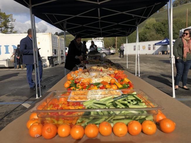 阿拉米達縣「深挖農場食品中心」將為參加「All in」抗擊貧困計畫的居民,提供免費而健康的有機食品。(記者劉先進 /攝影)