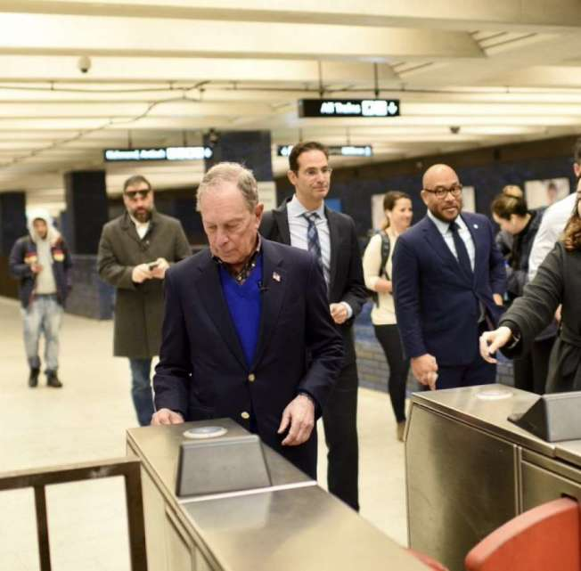 彭博在舊金山搭捷運,用路路通卡(Clipper Card)進閘,但不順利,顯示他不懂得如何使用此卡。(圖:彭博競選團隊提供)