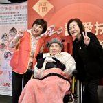 挺過看護毒手 92歲國寶歌王文夏坐輪椅高歌