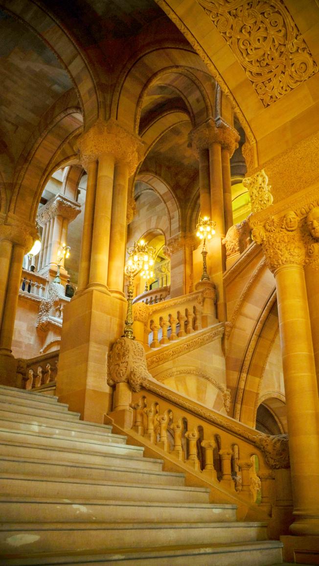 百萬樓梯的一角,可窺見紐約州議會大廳的豪華。