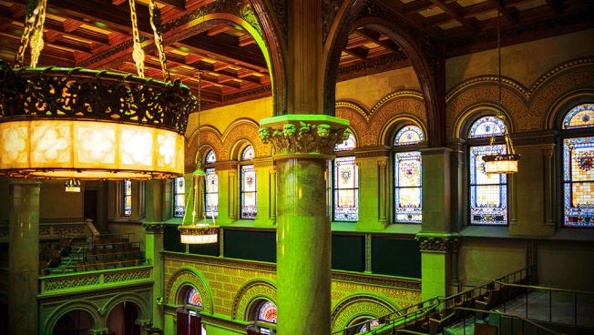 眾議會議事大廳裝飾著價值不斐的吊燈及彩繪玻璃。