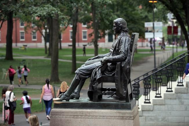 華人對哈佛大學歧視亞裔學生不滿。(美聯社)