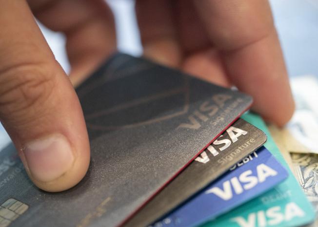 美國人2019年的FICO信用評分達703分,寫下新高。信用分數高可以取得較低的利率。(美聯社)