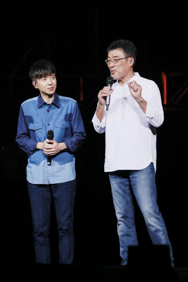 李宗盛(右)邀徒弟李劍青合唱。圖/相信提供