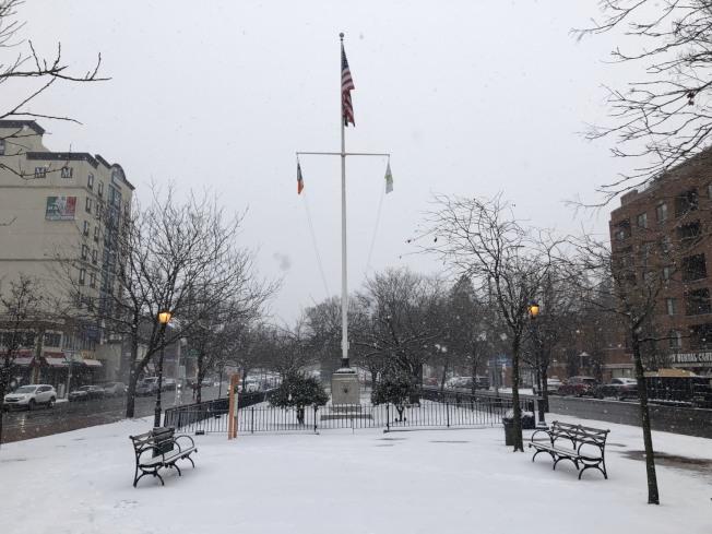 紐約今年首場大雪,法拉盛18日下午不到一小時人行道、路上便已覆蓋數吋白雪。(記者賴蕙榆/攝影)