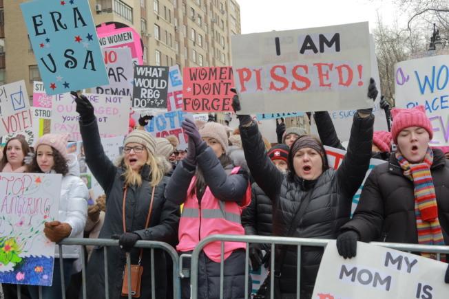 參與者高舉手製標語抨擊川普,呼籲女性權利。(記者張晨╱攝影)