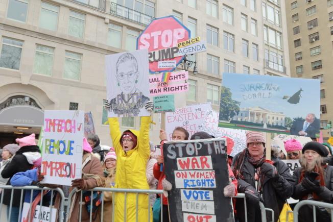 參與者高舉手製標語抨擊川普,呼籲女性權利。(記者張晨/攝影)