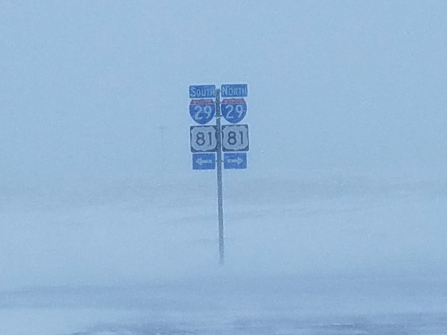 北達科他州94號州際道路接29號公路18日能見度幾為零,導致這條公路長達200哩的路段關閉。(美聯社)