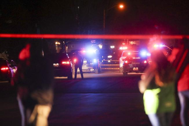凶案發生後,警方封鎖現場,漏夜偵查;當地居民則在封鎖線外觀望。(美聯社)