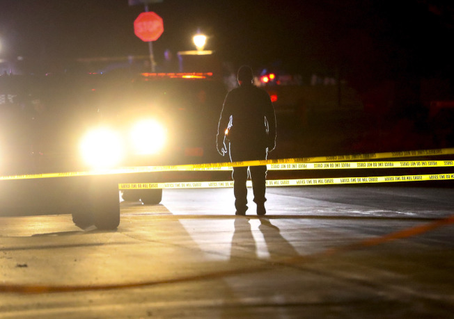 凶案發生後,警方封鎖現場,禁止車輛接近。(美聯社)