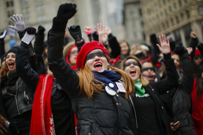 參加第四屆女性大遊行的群眾聚集在紐約市高呼口號,要求被平等對待。(美聯社)
