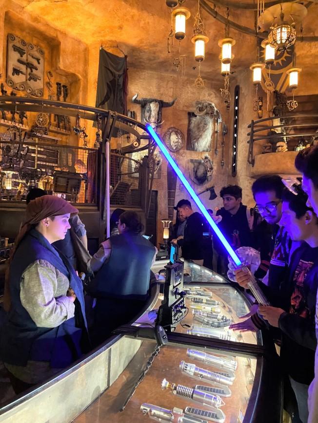 買一個與星戰電影裡一樣的光劍要200-250美元!但依然每天吸引很多遊客購買。(記者馬雲/攝影)