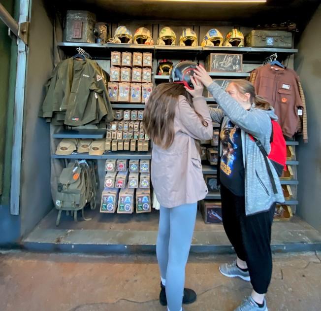 「反叛軍崛起」開幕,新一批相關商品也在該項目周圍熱賣。(記者馬雲/攝影)