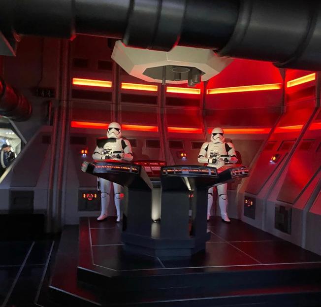 「反叛軍崛起」是今年星戰主題樂園最新遊樂項目,遊客將進入一搜反叛軍戰艦體驗與反派「第一秩序」(the first order)之間的太空大戰。(記者馬雲/攝影)