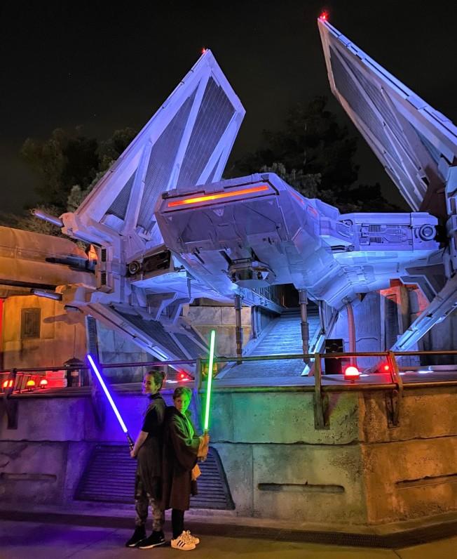 等待進入「反叛軍崛起」期間,也可先在星戰樂園裡逛逛,有很多與電影內容實景呈現。(記者馬雲/攝影)