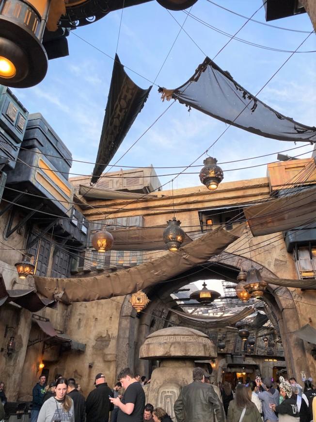 等待進入「反叛軍崛起」期間,也可先在星戰樂園裡的外星小鎮逛逛,有很多與電影內容實景呈現。(記者馬雲/攝影)