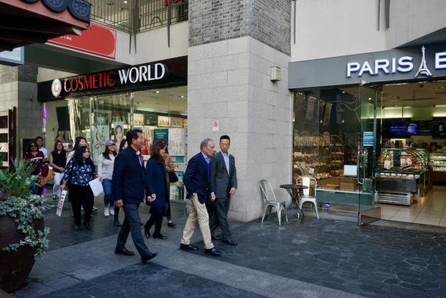 身價約600億的民主黨總統候選人彭博(右二)造訪洛杉磯韓國城與亞裔代表共進早餐。(記者陳開/攝影)