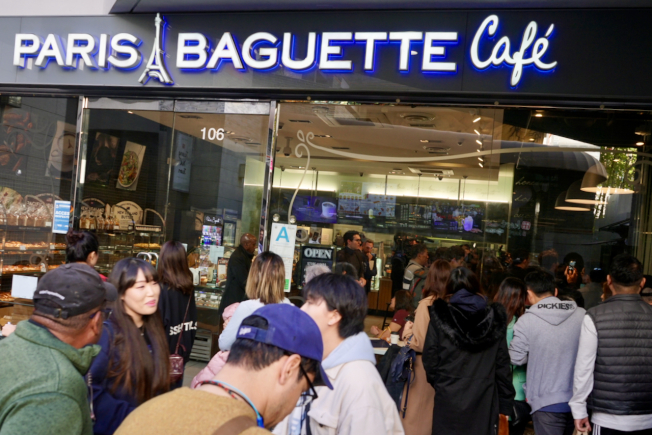 彭博到訪洛杉磯韓國城,許多民眾店外圍觀。(記者陳開/攝影)