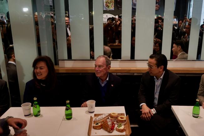 身價約600億的民主黨總統候選人彭博(中)與亞裔社區代表吃早點聊政見。(記者陳開/攝影)