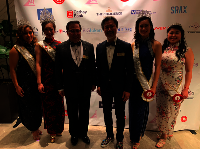 莊佩源(左三)和陳嘉汶(右三)與2019年華埠皇后團隊合影。(記者張越╱攝影)
