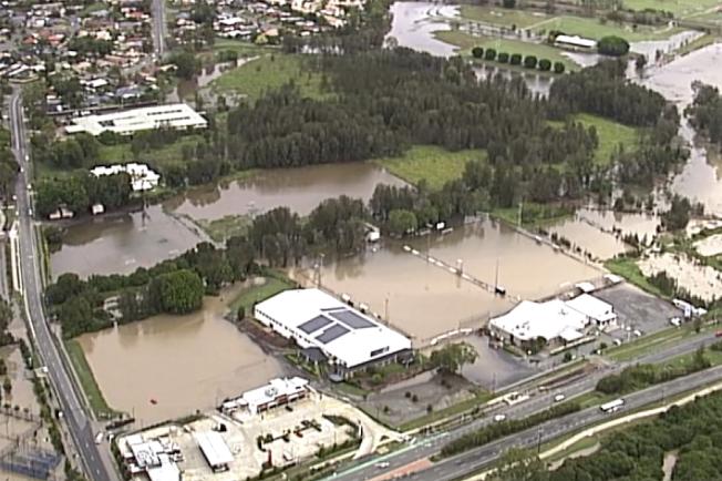 澳洲東岸部分地區18日遭受強烈暴風雨侵襲,澆熄數月以來蹂躪當地的部分野火,但也導致道路封閉及洪水暴發。 (美聯社)