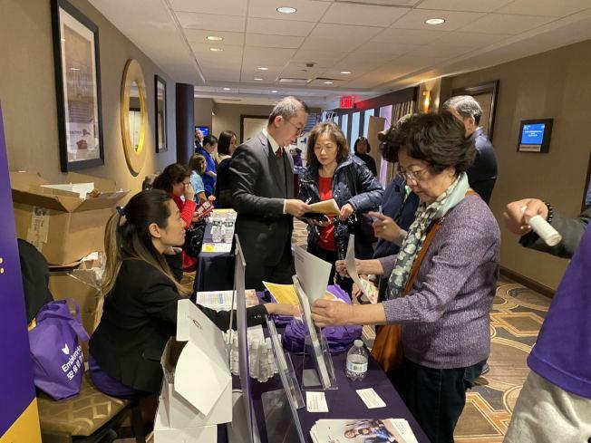 「2020健保論壇」設有十餘個攤位為民眾一對一解答健保問題。(記者牟蘭/攝影)