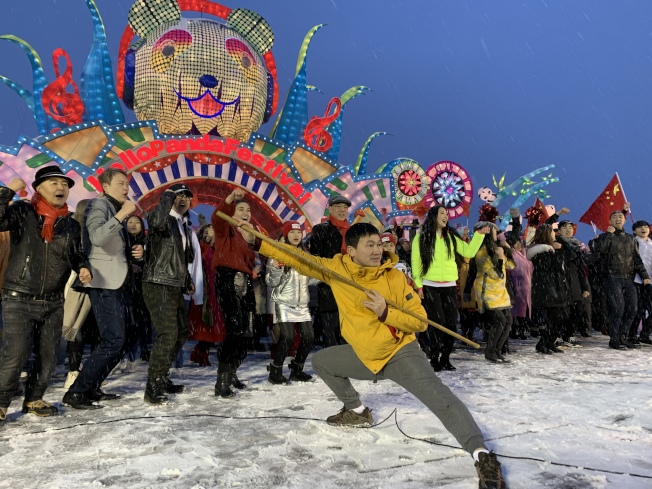 「Hello Panda Festival」18日舉辦千人快閃活動,眾人不畏低溫大雪,帶來歌舞表演和藝文活動。(記者賴蕙榆/攝影)