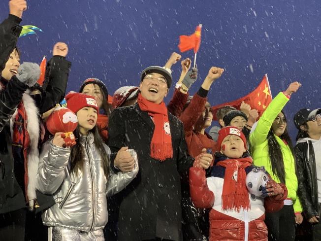 黃屏(中)18日出席「Hello Panda Festival」慶祝北京冬奧日活動,亮相兩隻冬奧會和殘奧會吉祥物「冰墩墩」、「雪容融」。(記者賴蕙榆/攝影)