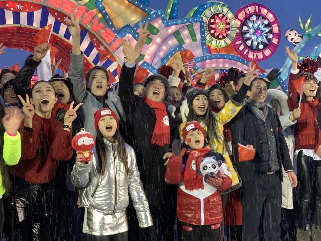 黃屏與眾多紐約社區華人出席「Hello Panda Festival」慶祝北京冬奧日活動,預祝2022年北京冬奧會成功。(記者賴蕙榆/攝影)