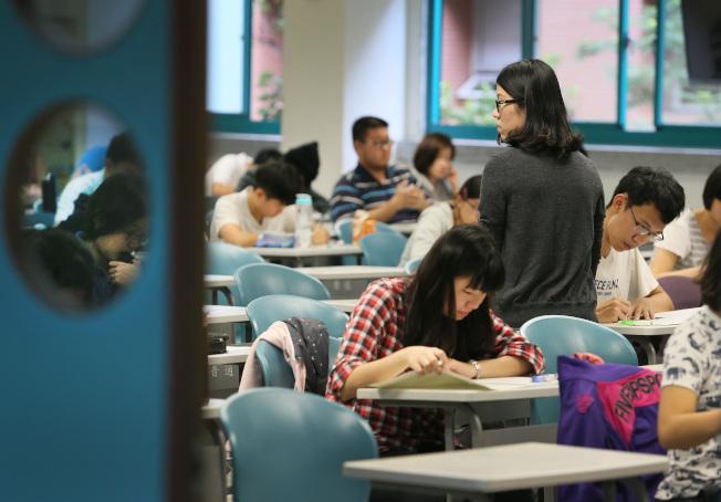不敵少子化衝擊,越來越多私立大學減薪,把教授月薪由台幣九萬多砍到五萬多元,甚至比中小學教師還低。(本報資料照片)